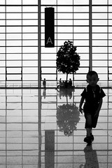 Shanghai (arnd Dewald) Tags: boy bw reflection kid airport shanghai symmetry sw streetphoto   flughafen pudong departure shanghaiist junge reflektion  terminal2 symmetrie abflug pvg  asymmetrya arndalarm zhnggu shanghaipudonginternationalairport explore190   shnghipdnggujjchng img5994e1rd1h22klein