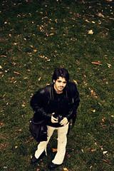 Timido, Poeta (Ark-) Tags: autumn boy verde green grass nikon modelo chico ark camara fotografo cesped expresion inquietud otoo