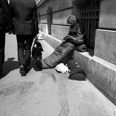 (anw.fr) Tags: poverty street city blackandwhite bw paris france men contrast walking costume sitting different opposite walk iii homeless poor streetphotography nb class suit contraste capitale rue grdigital sdf ricoh marche ville assis hommes classe pauvre marginal grd pauvrete diffrence marginality sansdomicile sansdomicilefixe grd3 oppos marginalit grdiii