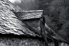 Hen adeilad wrth yr eglwys - Llanwrin  - 2009 (bara-koukoug) Tags: roof winter wild bw building abandoned monochrome wales blackwhite y zwartwit decay hiver cymru an growth bleak agus powys dormer slates montgomeryshire maldwyn arbel blancetnoir lukan gwyllt schiefer lucarne ardoises  duagwyn gaeaf llechi adeilad arbelaitz kembre negu meinglas meinsklent diskar teilatu dadfeilio eraikin zuribeltz a dirywiad shwarzweiss tyfiant gwennhadu sirdrefaldwyn blanco negro bhreatain bheag llwm noazh savadur thebestofday gnneniyisi unlliw goav gouez toenn chuimrigh geamhradh llanwrin sglat lomber gouav dubh bn