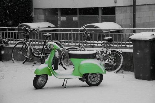 Kleiner, grüner Roller im Schnee