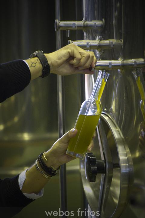Catando aceite de oliva virgen extra sin filtrar
