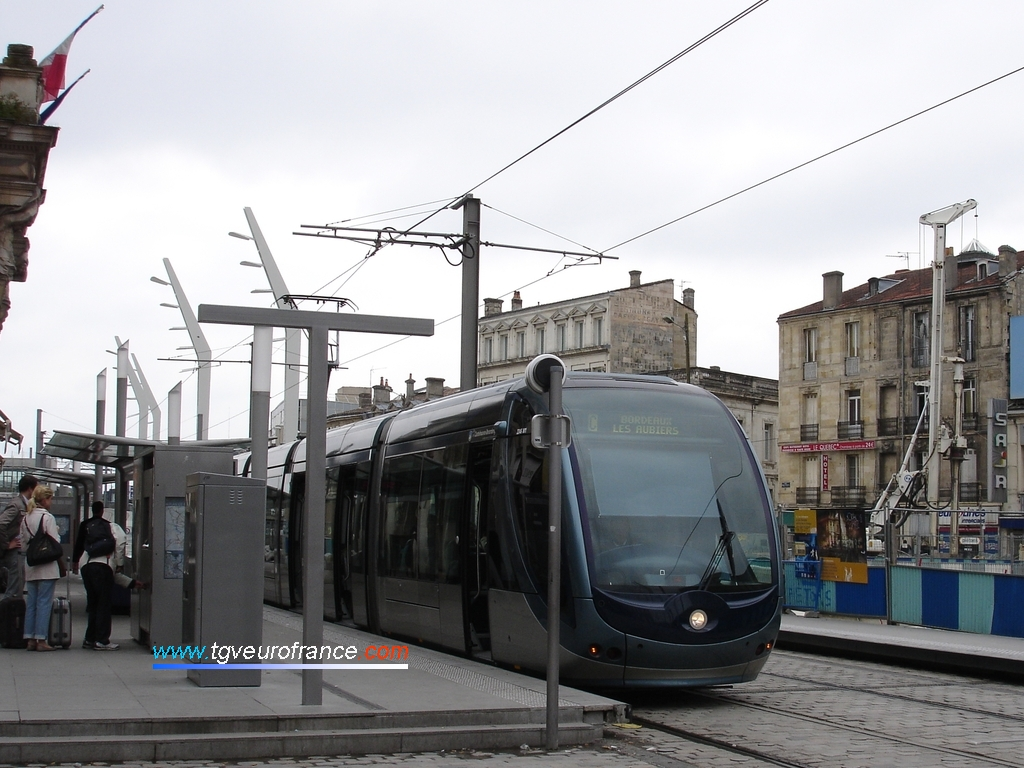 """Le tramway de Bordeaux (ligne C Bègles Terres Neuves - Les Aubiers) marquant l'arrêt à la station """"Gare St-Jean"""""""