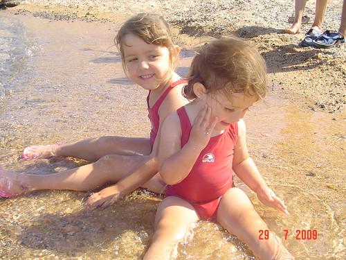 L'Aroa i la Judit a la platja de Sant Feliu de Guíxols