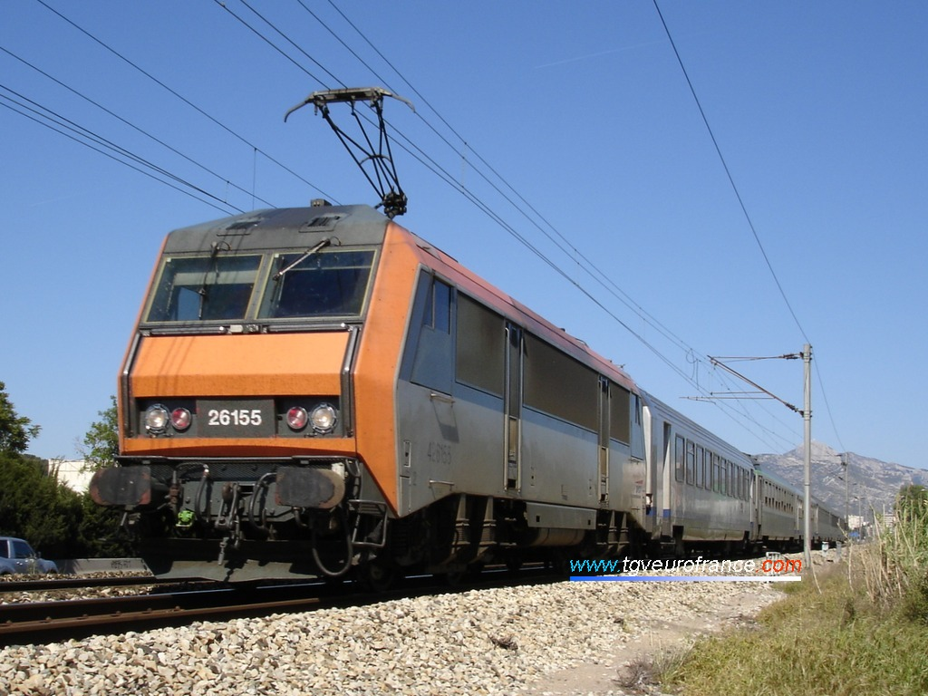 Une locomotive SYBIC de l'activité VFE longe l'autoroute A50 en direction de Marseille le 8 mai 2005.