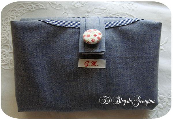 Bolsa de tela azul plegada y convertida en una cartera.