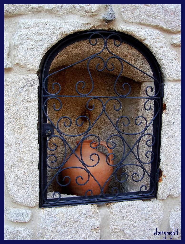 Locked window: inside, myself - Janela trancada: lá dentro, eu.