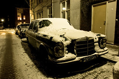 Winter Mercedes-Benz... (zilverbat.) Tags: schnee winter snow holland netherlands nightshot sneeuw nederland denhaag mercedesbenz oldtimer thehague haga winterpret lahaye winterweer nachtopname gladheid zilverbat winteroverlast repelaerstraat