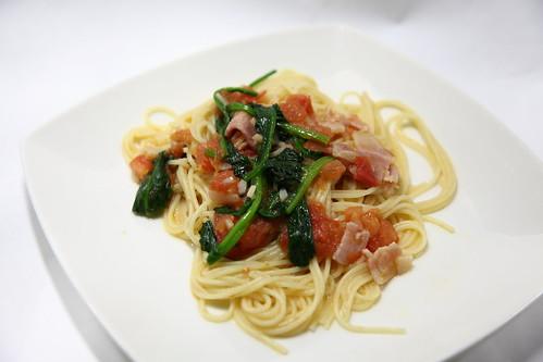 トマトとベーコンとほうれん草のパスタ