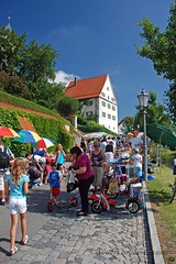 Schlossfest 2009 (Howdys) Tags: street people germany children toys leute strasse himmel haus kinder umbrellas laterne fleamarket pflaster flohmarkt schirme badenwuerttemberg aulendorf oberschwaben