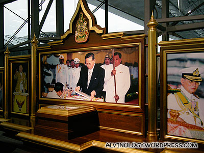 Pictures of the Thai royal family at the airport