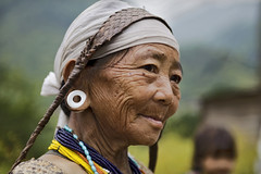 Arunachal Pradesh : Bangni tribe, portrait #1 (foto_morgana) Tags: portrait woman india necklace beads asia earring jewellery olderwoman nishi arunachalpradesh seppa canoneos5dmarkii tribalbeads eastkameng bangnitribe nishitribe bangni