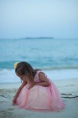 [フリー画像] 人物, 子供, 少女・女の子, ビーチ・砂浜, ドレス, 201105191700