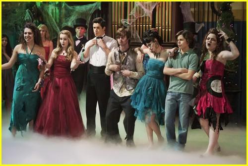 selena-gomez-zombie-prom-15