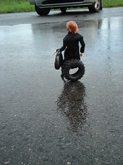 Eine Runde sitzen (britta.haesslich) Tags: wheel toy toys doll dolls barbie plastic asphalt spielzeug puppe plasticpeople asfalt leker plastik sitzen momoko dekk dukke plast sitte lekety madeofplastic vt susiedoll
