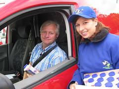 Schulmilch-Kakao von NM fr alle- 01.06.2009 (RadioArabella) Tags: wien auto radio arabella mitarbeiter schokolade ampel sender milch fahrer kakao strase autofahrer