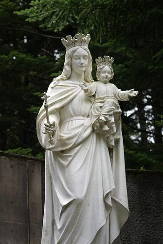 幼子イエス様を抱き、神々しくも凛々しくお立ちになっているの