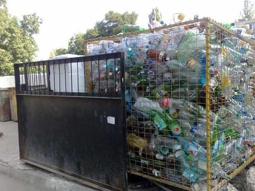 lada cu sticle din plastic adunate separat in chisinau la gunoiste