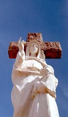 Cemitério e suas estátuas (Shigow) Tags: santa brazil graveyard saint brasil nikon mine fuji cross god faith victor cruz sp 200 cemitério fm estatue estátua fé deus 50m 18d provalue shigueru ituverava shigow