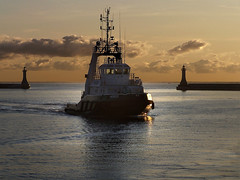 sunrise at work (facetmorski) Tags: port sunrise work tugboat tug heros gdynia pomorskie