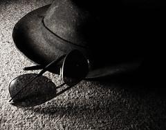 (ARACELOTA) Tags: white black hat sombrero neruda blackdiamond anteojos elolordelaspeluquerasmehacelloraragritos
