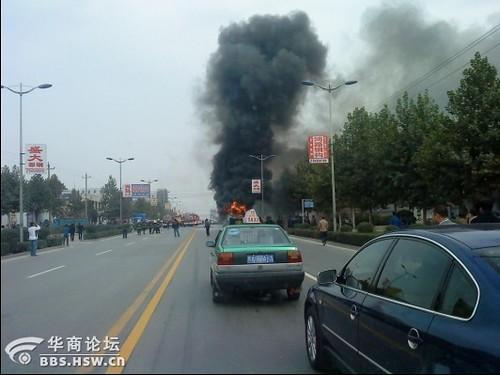 西安公交606空调车着火烧毁