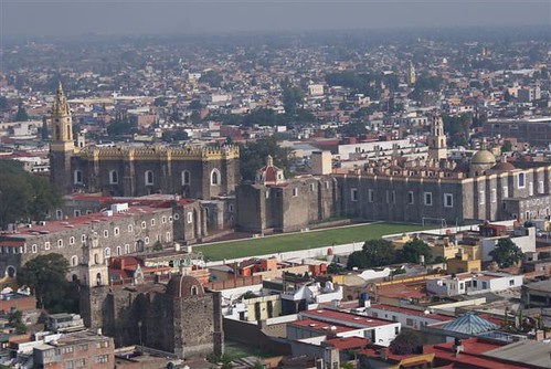 Vista general de la ciudad de Cholula. En primer término, el convento de San Gabriel.