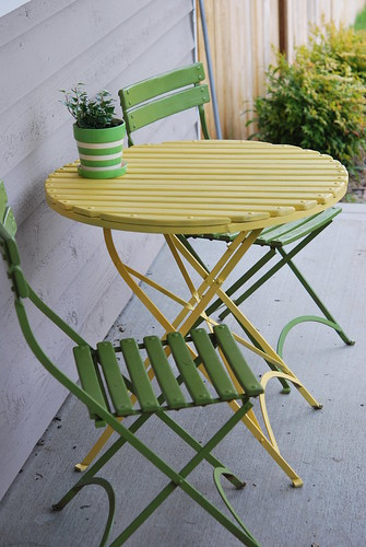 even the patio set goes yellow & green