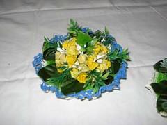 cestino piccolo con bordo azzurro con composizione floreale (uncinetto_patrizia) Tags: e di fiori con composizione zucchero cestino alluncinetto inamidato