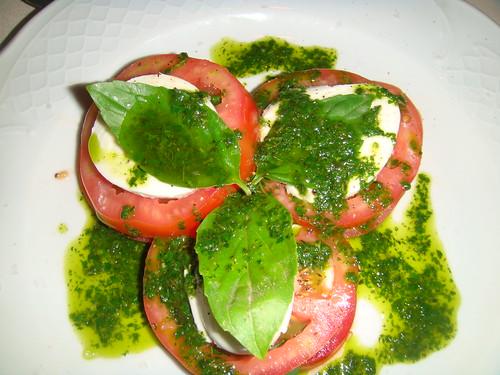 Ensalada Caprese con tomate, mozarella y albahaca