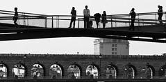 3 - 29 aot 2009 Paris Depuis le pont de Tolbiac Vue sur la passerelle Simone de Beauvoir et le pont de Bercy (melina1965) Tags: bridge sky blackandwhite bw paris nikon ledefrance noiretblanc faades bridges august ciel pont 2009 75012 faade ponts aot coolhunter 75013 personalbest 12mearrondissement d80 youmademyday 13m
