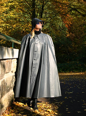 Goldener Oktober (klepptomanie) Tags: cape raincoat rainwear klepper kleppermantel
