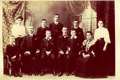 Image titled family photo 1907