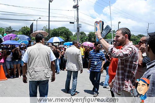 Manolo Cardona, actor colombiano, de la telenovela EL Cuartel de los Sapos, saluda a la multitud que lo esperaba1
