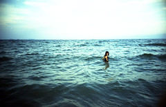 [so lonely] ([noone]) Tags: sea valencia mar lomo lca xpro crossprocessed procesocruzado mare police paula solonely cruzado elsaler processoinverso