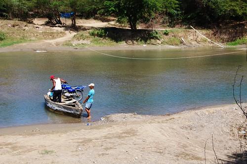 Moto en río