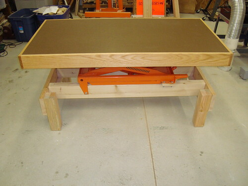 Adjustable height workbench and assembly table