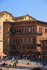 House on Piazza del Campo (Teelicht) Tags: italien italy italia tuscany siena toscana toskana piazzadelcampo canoneos1000d canonefs1585mmf3556isusm