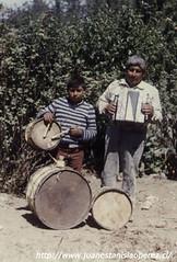 Don Collito Paichil, un excelente acordeonista, acompañado de su hijo Juan