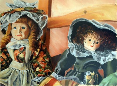 muñecas sobre una silla