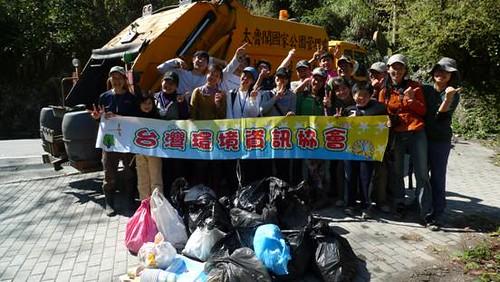 志工們費盡千辛萬苦將垃圾運送下山,卻不以為苦,臉上盡是笑容滿溢,圓滿達成綠色保育行動。