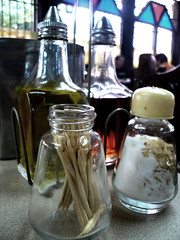 un clásico de los ' 70 que aún persiste (MeeeRCHE!!!) Tags: aceite sal salero palillos vinagre coyuco mondadientes lospalosgrandes elcuyuco