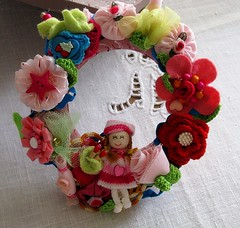 Grinalda de menina - Little girl wreath (Oh!.. So cute!) Tags: pink roses flores flower hearts spring doll colours child handmade crochet artesanato rosa craft felt coraes wreath criana feltro boneca rosas decorate cres grinalda efeitovalquria