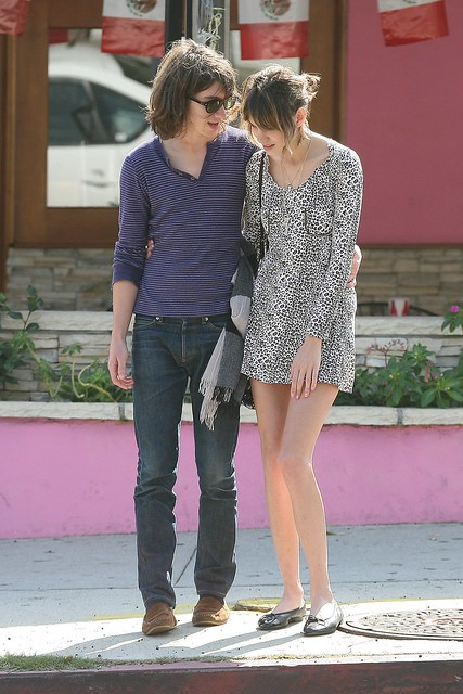 Preppie_-_Alexa_Chung_strolls_around_the_streets_of_West_Hollywood_-_October_7_2009_9207