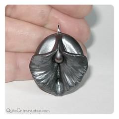 Metal Heart Vulva pendant (Qu