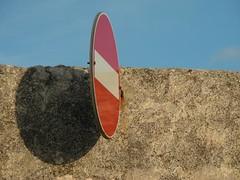 09w38_muro (picciarovdeuich) Tags: muro italia ombra rosso sicilia segnale divieto accesso donnafugata