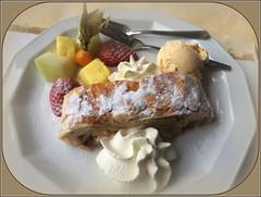 Apfelstrudel mit Vanilleeis und Früchten (julia_HalleFotoFan) Tags: essen food apfelstrudel eis sahne früchte