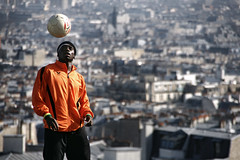 un ballon sur la ville (an to nin) Tags: paris foot football ballon montmartre tourisme spectacle jongle flanerie