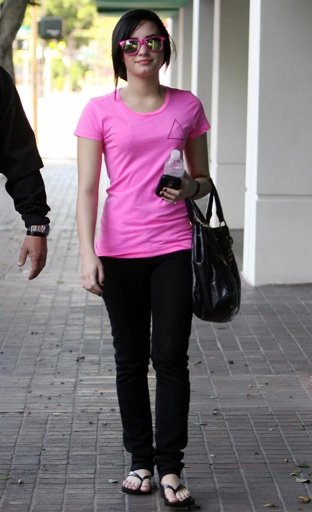 demi-lovato-pretty-in-pink-4