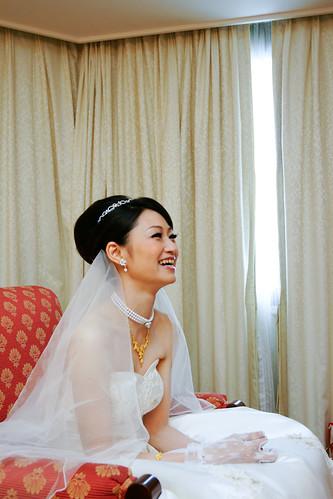 待在房內的新娘聽著外面的動靜,笑開了。